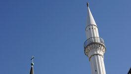 Kirchturmspitze und Minarett