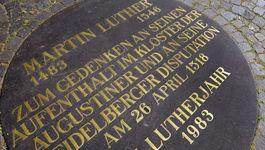Plakette auf dem Universitätsplatz erinnert an Luthers Aufenthalt in Heidelberg.