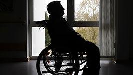 Mann in einem Rollstuhl