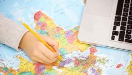 Hand mit Stift auf einer Landkarte