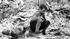 Junge zwischen Trümmern, 1939 in Warschau