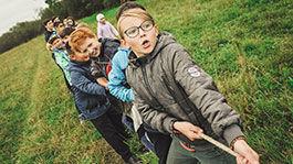 Kinder und Erwachsene beim Seilziehen