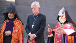 Gebet des Ratsvorsitzenden am Genozidmahnmal gemeinsam mit Archimandrit Serovpé Isakhanyan und Erzbischof Nathan Hovannisian.