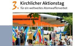 nachgestellte Atomraketen aus Kunststoff bei einer Demo