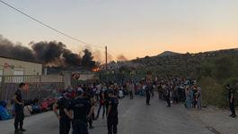 In der Nacht zum 9. September hatte ein Feuer große Teile des mit mehr als 12.000 Menschen völlig überfüllten Lagers auf Lesbos verwüstet. Tausende Menschen mussten sich vor den Flammen in Sicherheit bringen.