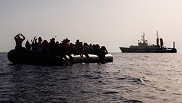 Sea Watch 4 nimmt Menschen in Seenot aus einem Schlauchboot auf