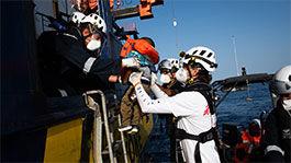 Sea Watch4 rettet Menschen aus einem Schlauchboot