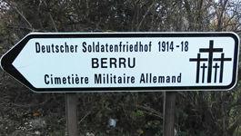 Hinweisschild zum deutschen Soldatenfriedhof