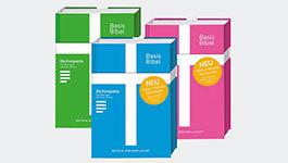 Ausgaben der Basisbibel in den Farben rosa, grün und blau