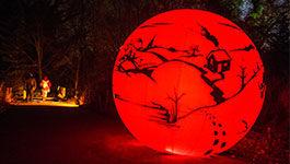 Leuchtende rote Kugel im Christmas Garden in Berlin
