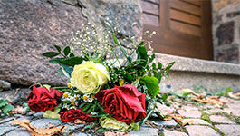 Blumen vor der Tür zur Synagoge in Halle