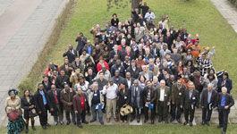 Gruppe von Menschen unterschiedlicher Hautfarbe und Alter