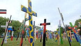 Bunte Kreuze auf einer Wiese