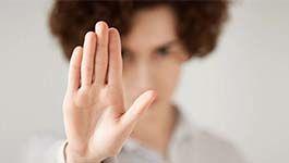 Eine Frau hebt die Hand als Stoppzeichen