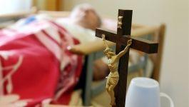 Symbolbild: Kruzifix vor Krankenbett