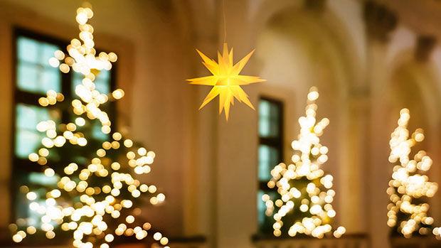 Gelber Herrnhuter Stern in einer Kirche