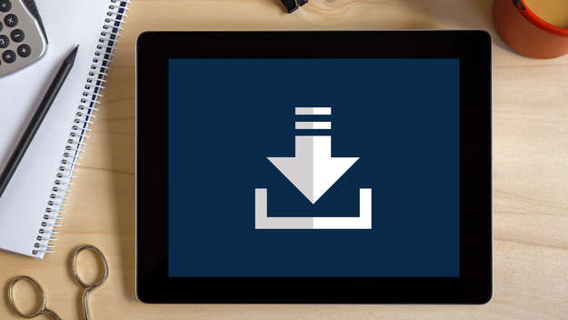 Tabletcomputer mit Download-Symbol.