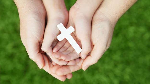 Hände mit Kreuz.
