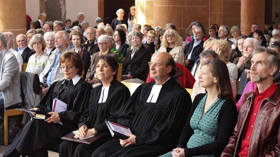 Gottesdienstbesucher zum Festgottesdienst in Heidelberg