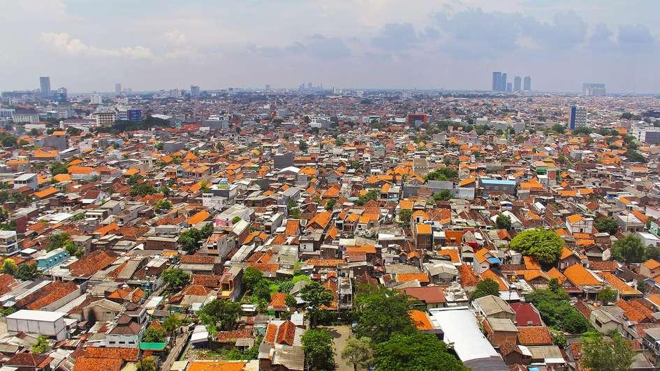 Blick von oben auf die indonesische Stadt Surabaya