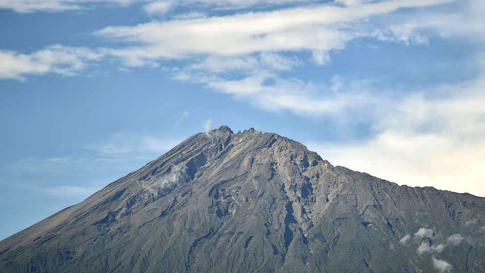 Der erloschene Vulkan Mount Meru im Arusha-Nationalpark, Tansania