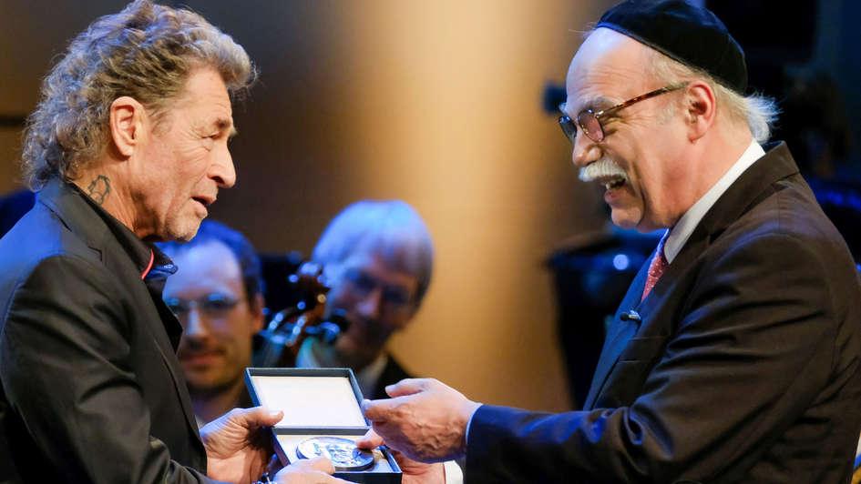 Peter Maffay und Rabbiner Andreas Nachama bei Verleihung der Buber-Rosenzweig-Medaille