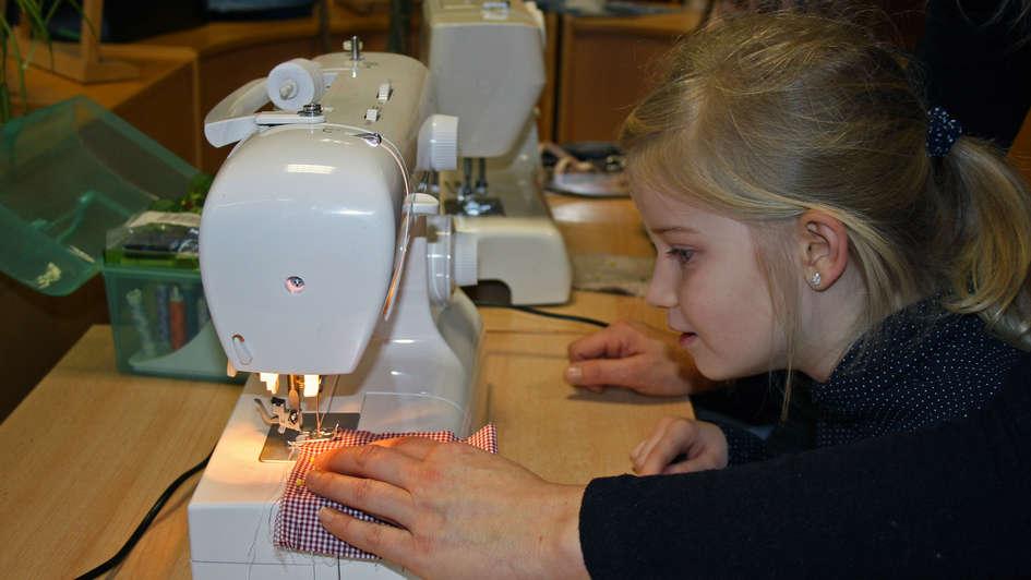 Schülerin der Schule 'Dr. Eckart Schwerin' im Nähworkshop