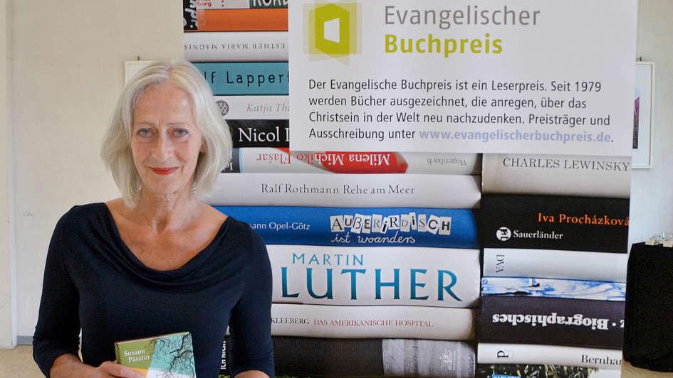 Die Schriftstellerin Susann Pásztor hält ihren Roman in Händen, für den sie den Evangelischen Buchpreis 2018 erhalten hat