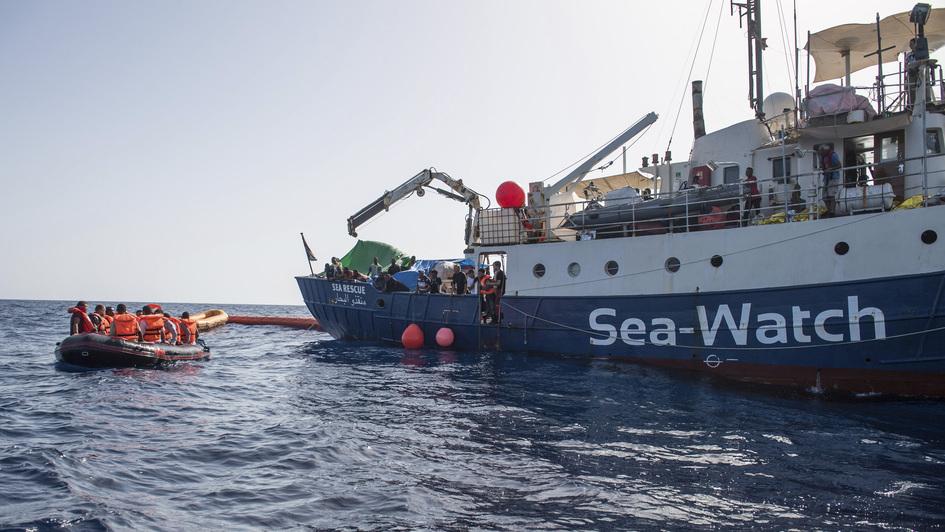 Das private Rettungsschiff 'Sea-Watch-2' bei seinem Einsatz zur Rettung von Flüchtlingen vor der libyschen Küste im Mittelmeer
