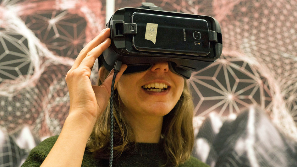 Frau mit Virtual-Reality-Brille