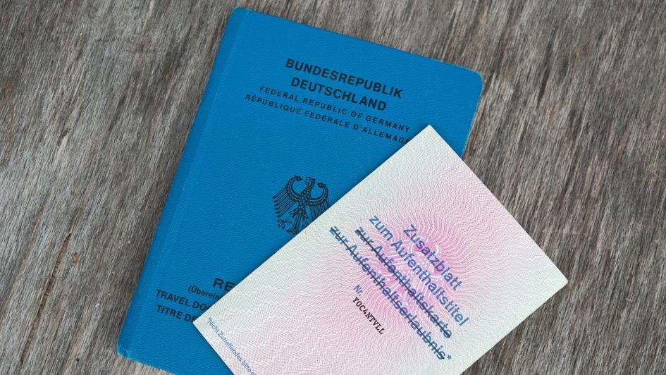 Blauer Pass mit Aufenthaltstitel für Flüchtlinge