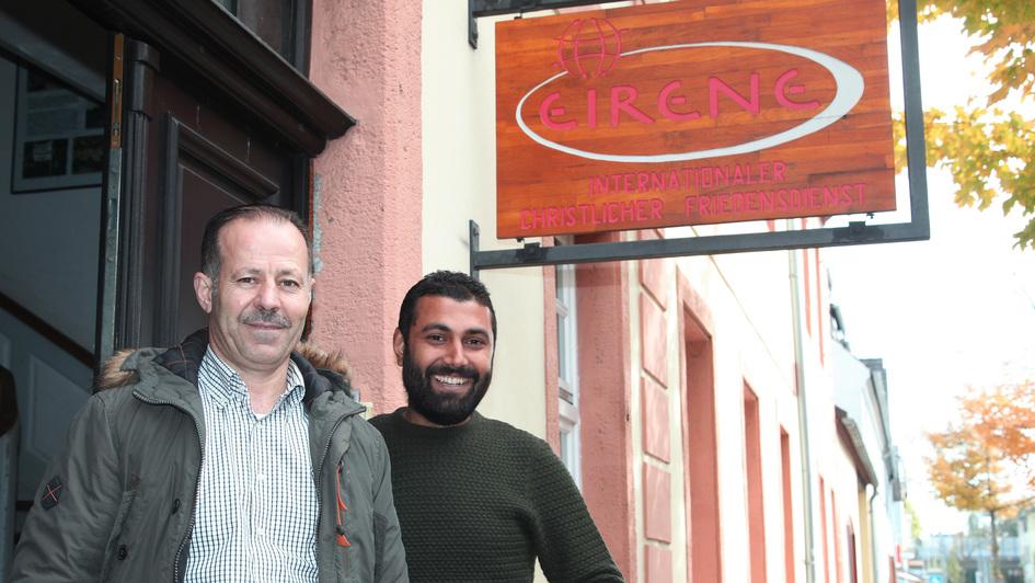 Iyad Asfour und Bilal Al Masri unter dem Schild der internationalen Geschäftsstelle von Eirene in Neuwied
