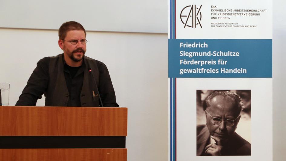 Menschenrechtsaktivist Peter Steudtner hält die laudtion für den Träger des Evangelischen Friedenspreises 2018, Eirene