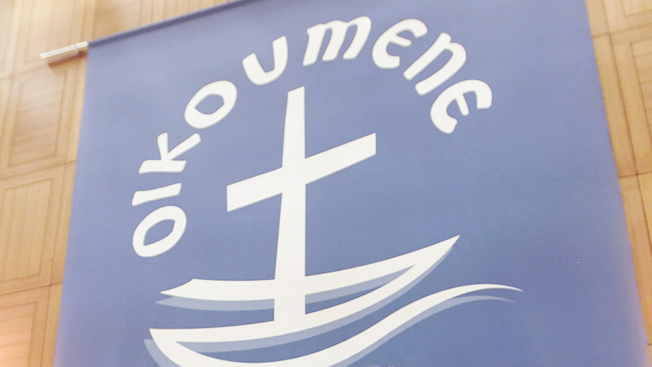 Logo des Ökumenischen Rats der Kirchen, ein stilisiertes Schiff mit Kreuz auf violettem Grund
