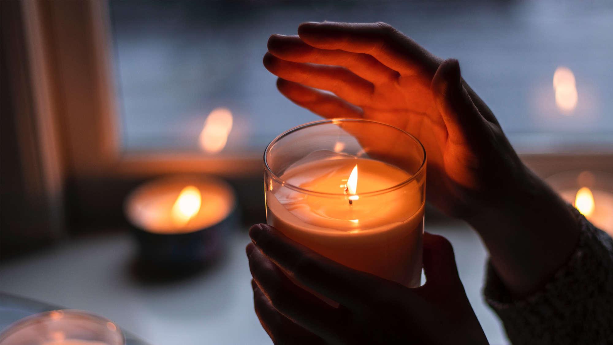 Symbolbild - Kerzen am Fenster entzünden